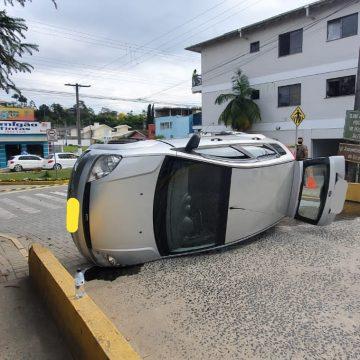 Mulher fica ferida durante capotamento no centro de Taió