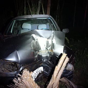 Motorista embriagado, ao rebocar irregularmente outro veículo, colide em árvore e fica gravemente ferido, em Apiúna
