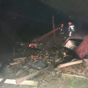 Vítima é retirada de casa destruída por incêndio, em Rio do Sul