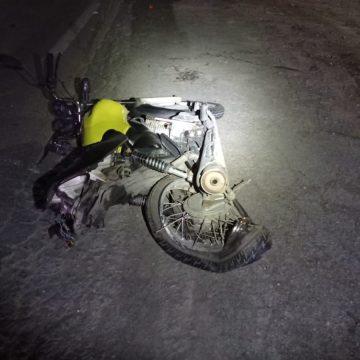 Motorista bate na traseira de moto, a arrasta por 65 metros e foge sem prestar ajuda às vítimas
