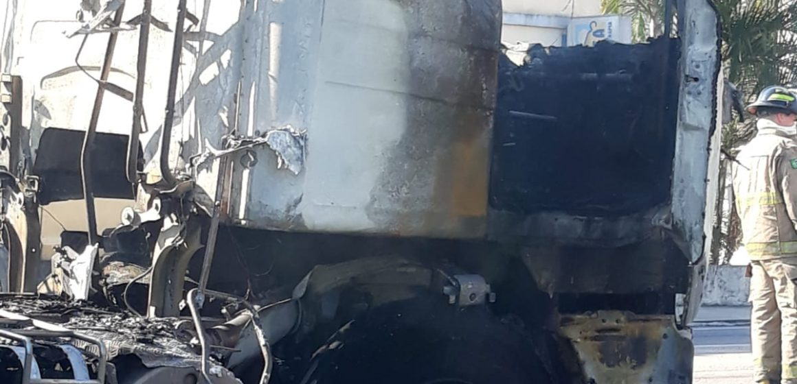 Incêndio destrói parte de carreta, em Apiúna