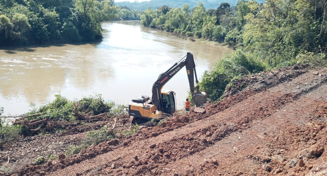 Iniciam obras de contenção em trecho que desmoronou entre Rio do Sul e Lontras