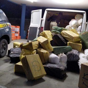 PRF localiza 17,5 mil maços de cigarros contrabandeados escondidos em carga de malhas na BR-470, em Rio do Sul
