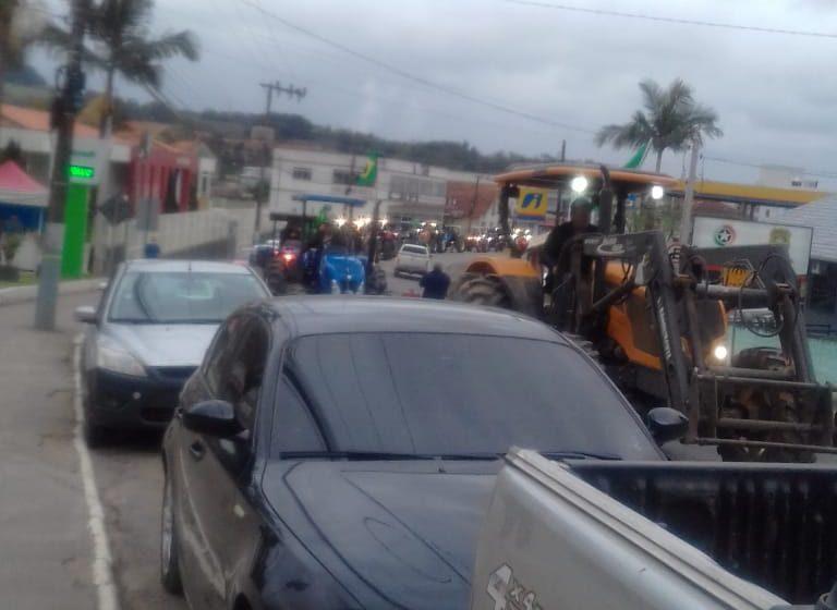 """Agricultores de Agronômica participam de manifestação com """"tratoraço"""""""