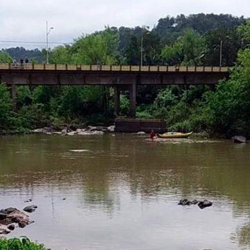 Corpo de adolescente que se jogou no rio, em Ibirama, é localizado pelas equipes de resgate
