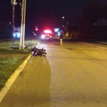 Motociclista, embriagado, colide em poste e fica gravemente ferido na BR-470, em Rio do Sul