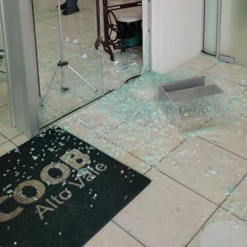Polícia Militar prende suspeito de participar de assalto com refém a cooperativa de crédito, em José Boiteux