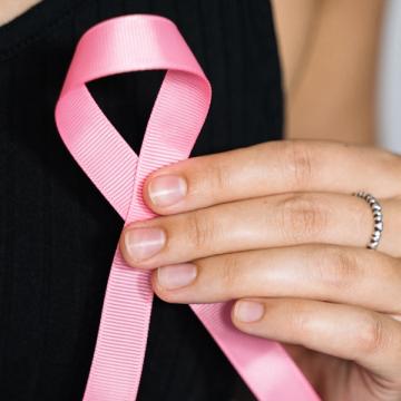 Durante o Outubro Rosa, artista de RSL oferece tatuagens gratuitas para mulheres vítimas de câncer