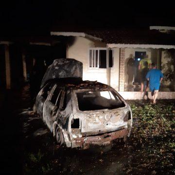 Incêndio destrói carro e atinge 70% de casa, em Witmarsun