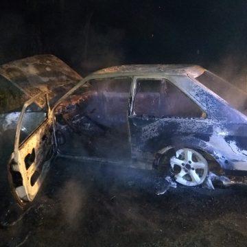 Carro é destruído em incêndio no município de Salete