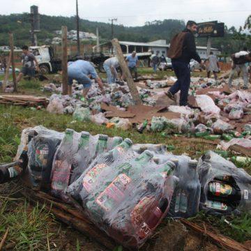 Carga de bebida é saqueada após tombamento de caminhão na BR-470, em Ibirama