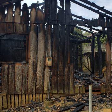 Casa é destruída por incêndio, em Taió