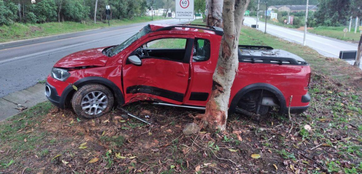 Veículo colide contra árvore após saída de pista na BR-470 em Lontras