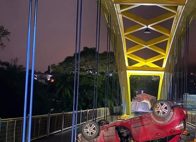 Carro capota na Ponte dos Arcos em Rio do Sul