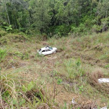 Veículo cai na ribanceira em Vidal Ramos