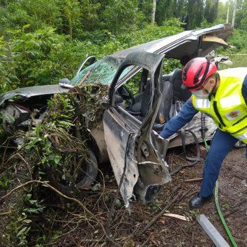 Mulher fica presa às ferragens em acidente de trânsito na SC-114
