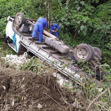 Caminhão tomba após motorista tentar desviar de buraco, na BR-470