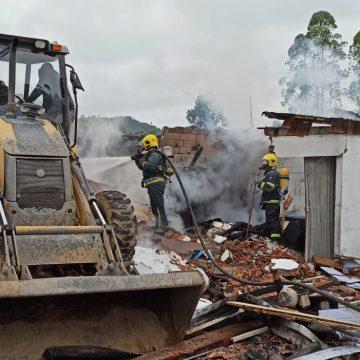 Casa e empresa são atingidas por incêndio em Rio do Oeste